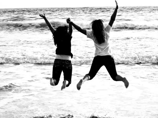 beach-black-amp-white-friends-for-ever-friendship-fun-Favim.com-350224